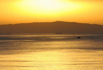 sol e mar em cores amareladas