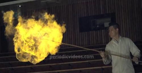 chama amarela da explosão de um balão de gás hidrogênio