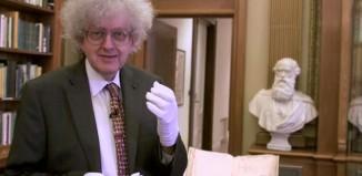 professor segura espelho de newton