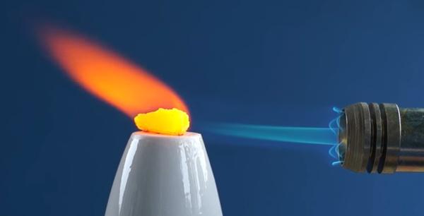 maçarico aquece amostra do elemento cério