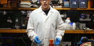 cientista apresenta o elemento bromo