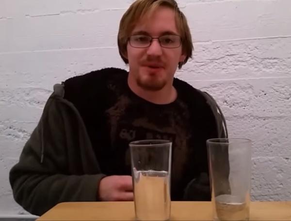 cody com dois copos com metais líquidos