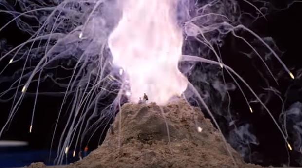 monte de terra com chamas coloridas saindo do topo