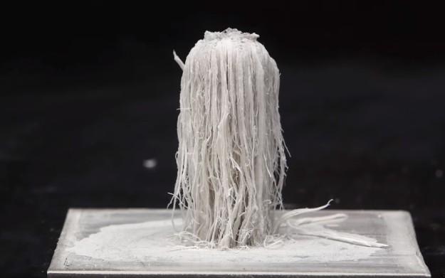 pedaços filamentosos saindo de uma placa metálica