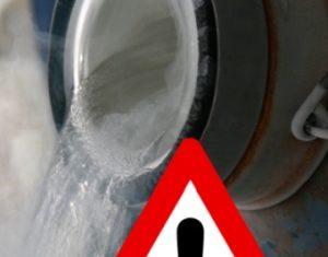 líquido fluindo com sinal de alerta