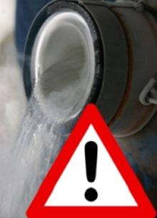 aviso sob líquido sendo derramado