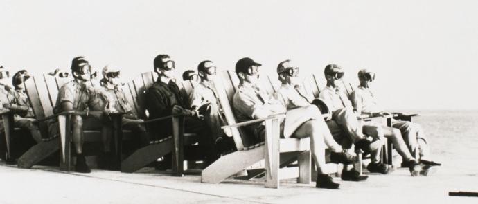 grupo de pessoas assistindo uma explosão nuclear