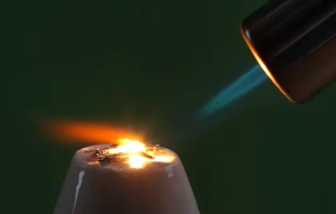 elemento escândio incinerado com chama ao ar