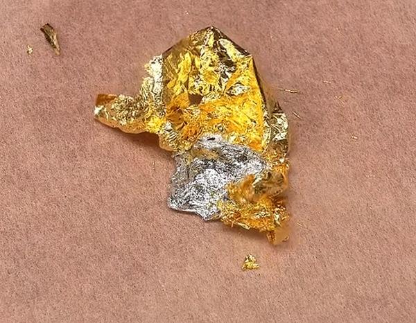 mistura de uma folha de ouro em uma gota de mercúrio líquido