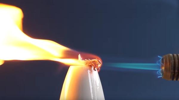 elemento estrôncio submetido a uma chama de maçarico